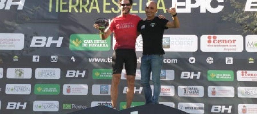 Imagen del podio y entrega de premio a Juan Corcuera